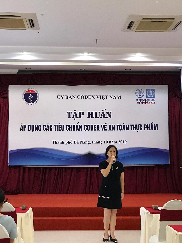Bà Nguyễn Thị Minh Hà, Phó Giám đốc Văn phòng Codex Việt Nam (Cục An toàn thực phẩm) chào mừng các đại biểu tham dự và chủ trì lớp tập huấn.